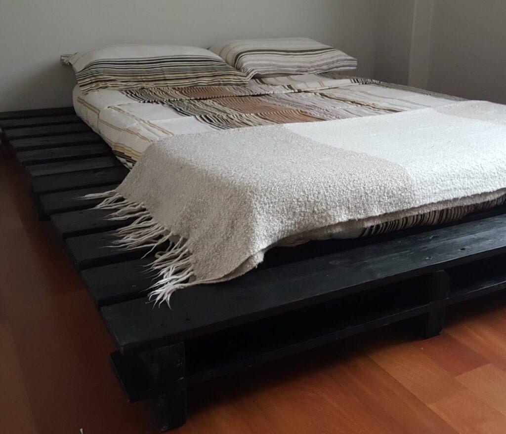 siyah palet yatak modeli